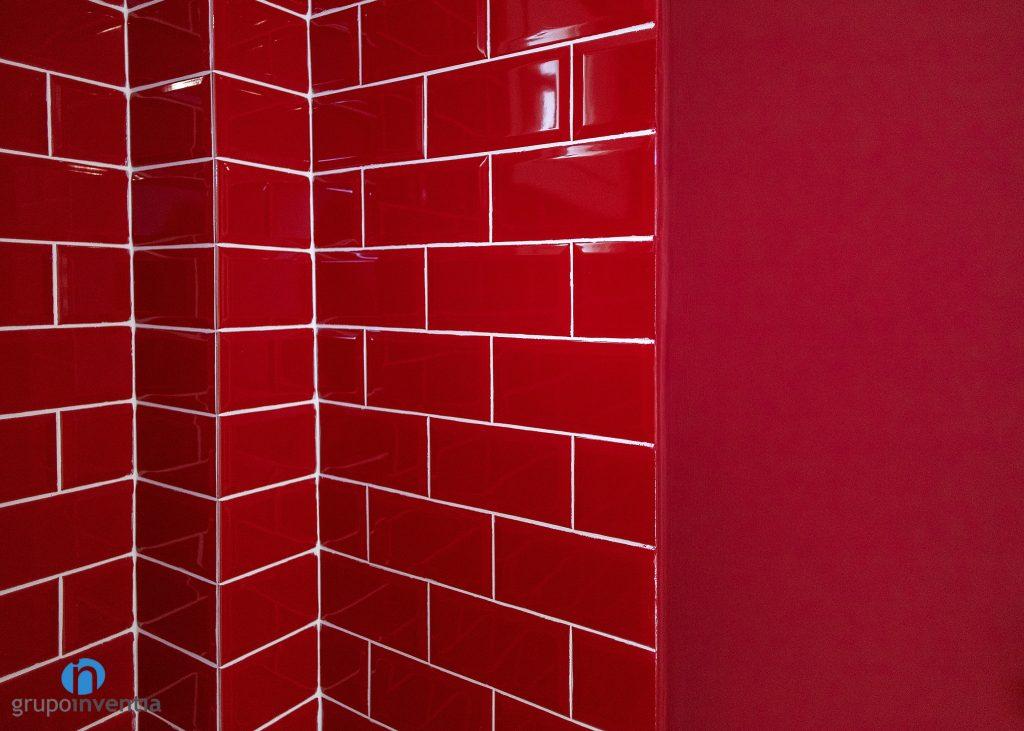 azulejos rojos baño