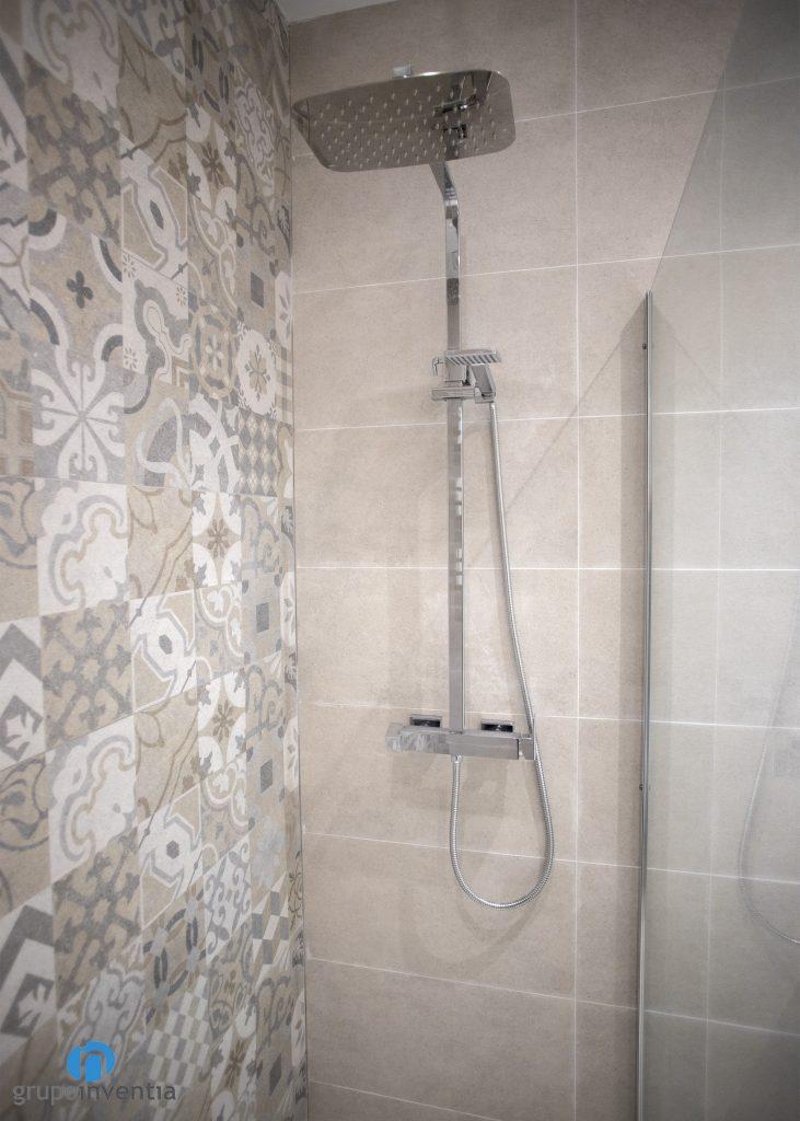 ducha con azulejos beige